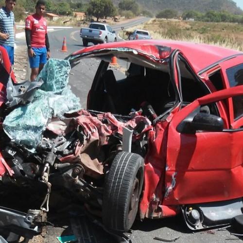 Colisão entre carro e caminhão deixa um morto e quatro feridos na BR-316
