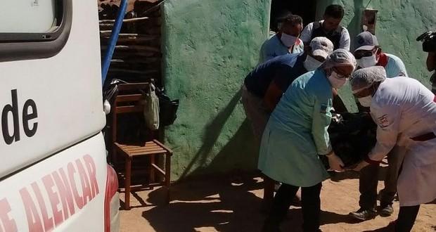 ALEGRETE   Corpos das vítimas da chacina são levados para o IML