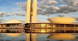 Confiança dos brasileiros na política desaba no ano de 2015, aponta Ibope