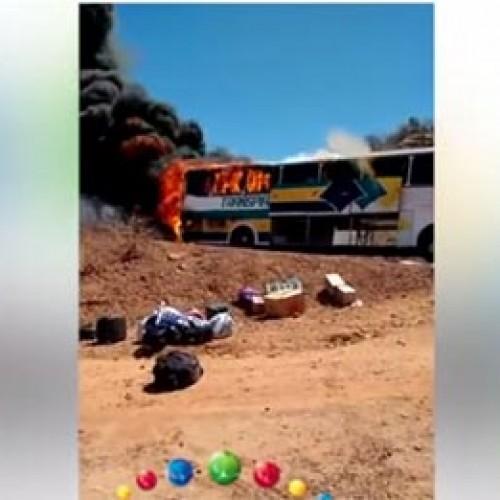 Ônibus interestadual pega fogo e passageiros saem às pressas; veja vídeo!