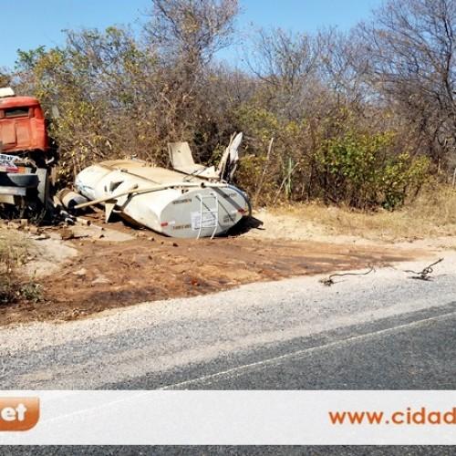Motorista dorme e sofre e acidente com caminhão pipa na PI 243; veja imagens
