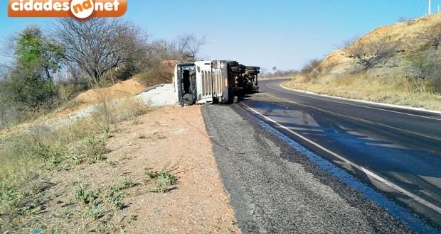 Caminhão tomba na curva do 'S', entre as cidades de Jaicós e Patos; veja fotos