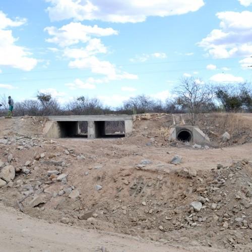 Governo constrói novo bueiro e tapa buracos na PI 243, entre Jaicós e Francisco Macedo