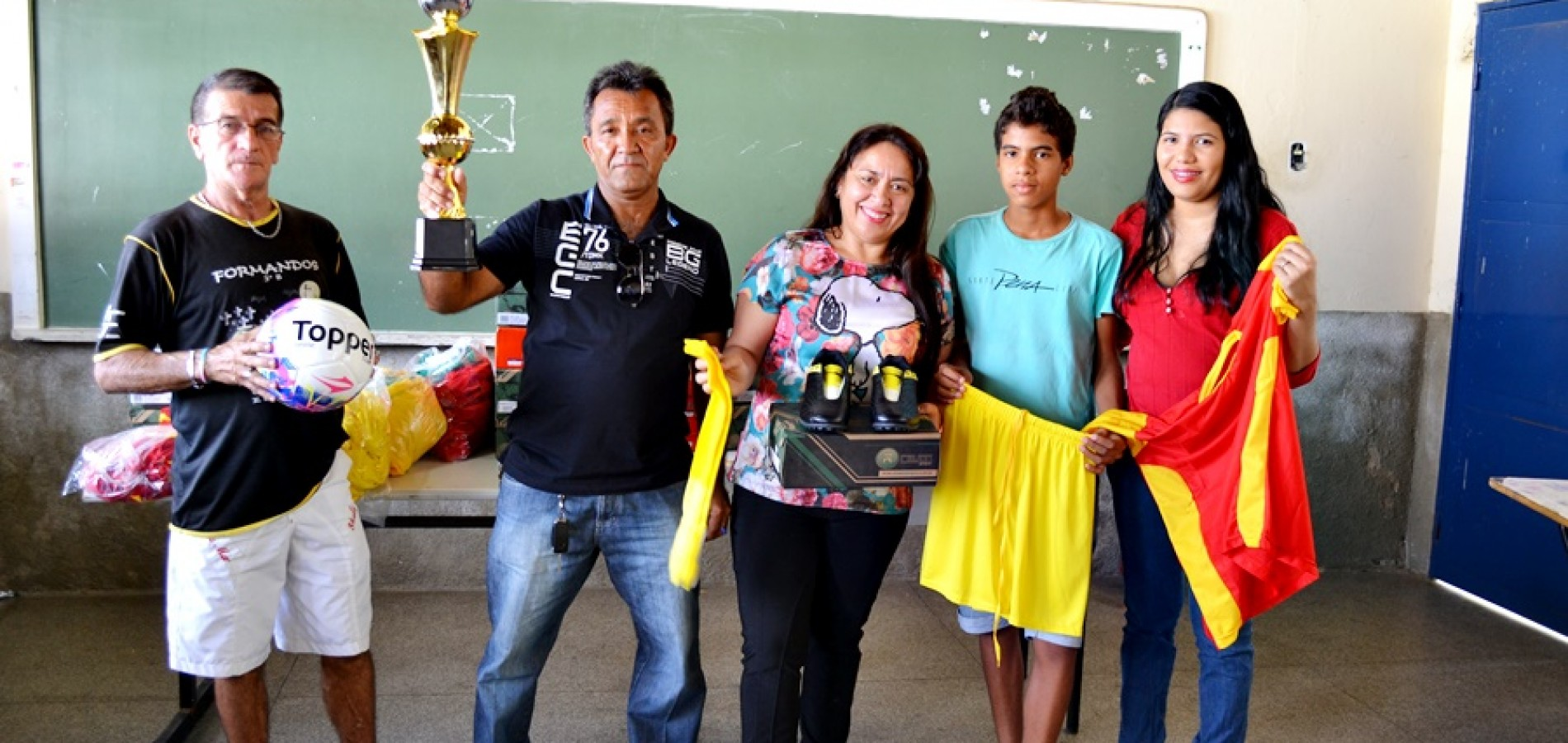 JAICÓS | Prefeita Waldelina entrega uniformes e material para escolinha de futebol