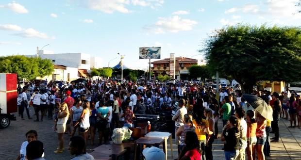 Após morte de jovem, população de Simões realiza manifestação contra a violência no trânsito