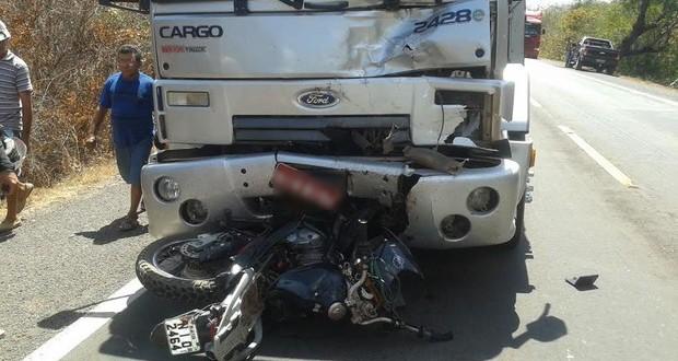 Motociclista morre após colidir de frente com carreta na BR-316 no Piauí