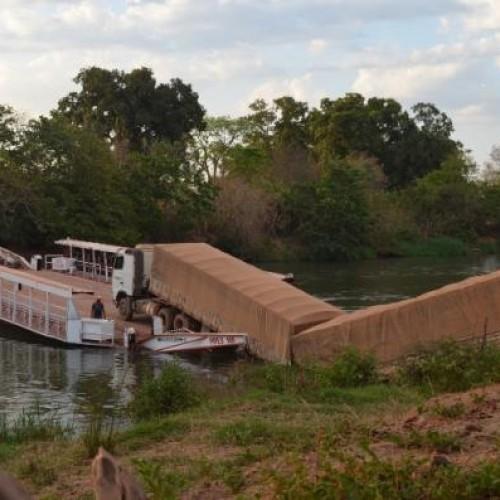 Carreta cai de balsa no Rio Parnaíba