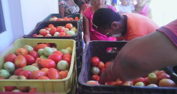 Simões realiza entrega de alimentos do Compra Direta para famílias do município