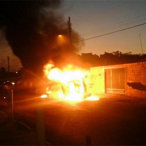 Hilux colide em moto, capota e incendeia no Piauí