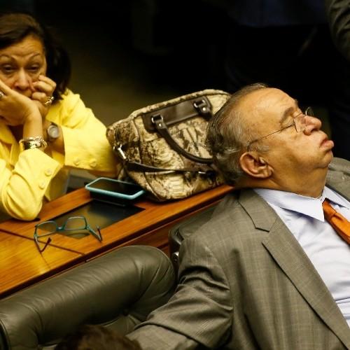 Heráclito Fortes dorme durante sessão do Congresso
