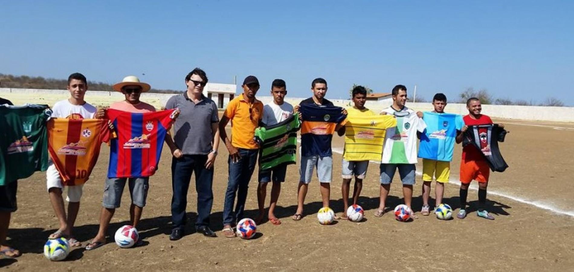 8d3b7dba1408a Prefeitura entrega materiais esportivos para dez equipes de futebol durante  torneio em Jacobina do Piauí