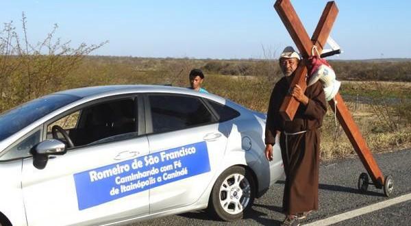 Romeiro de Itainópolis anda 450km a pé para pagar promessa no Canindé