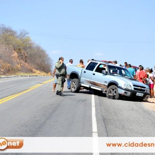 Médico capota carro na BR 407, próximo a Jaicós; veja imagens