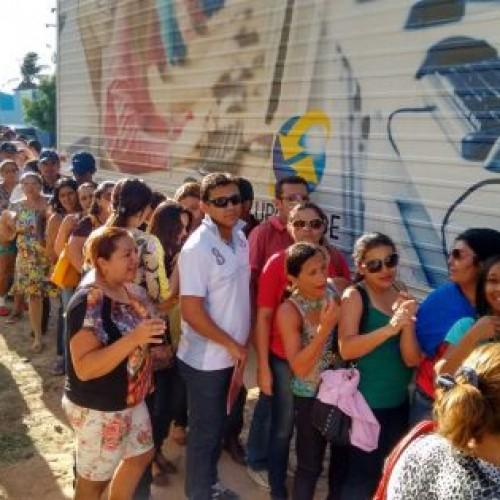 Servidores ficam horas em fila para recadastramento do Estado em Fronteiras