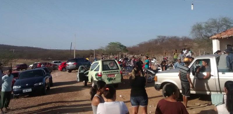 Movimentação de populares em frente a casa de Dandoza