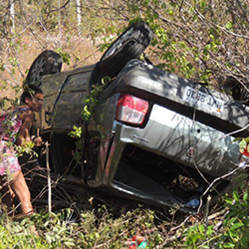 Motorista perde controle do carro ao tentar fazer ultrapassagem perigosa