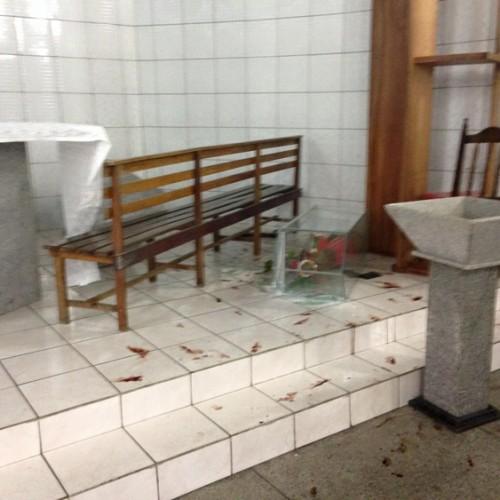 Homem invade igreja, destrói altar e rouba cofre
