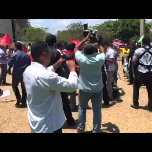 Manifestantes contra e a favor de Lula entram em conflito e polícia intervem