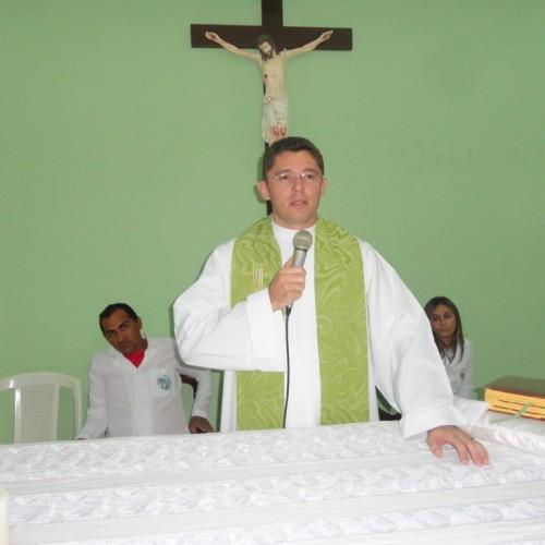 Padre Wagner celebra missa de despedida em  Francisco Macedo
