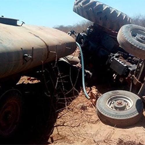 Trator que transportava água tomba e condutor escapa sem ferimentos