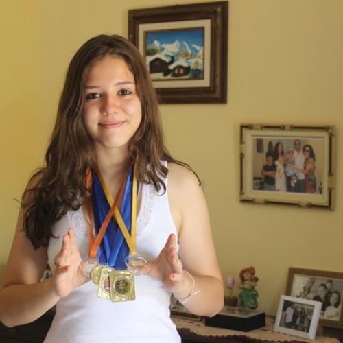 Adolescente se destaca ao conquistar medalhas escolares no Piauí
