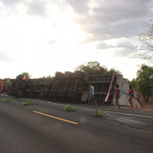 Caminhão carregado de vidros tomba e motorista se fere na BR-343