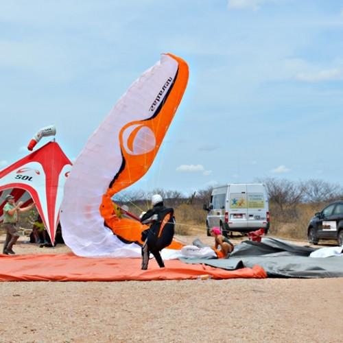 Equipe de parapentistas europeus decola de Jaicós; veja imagens