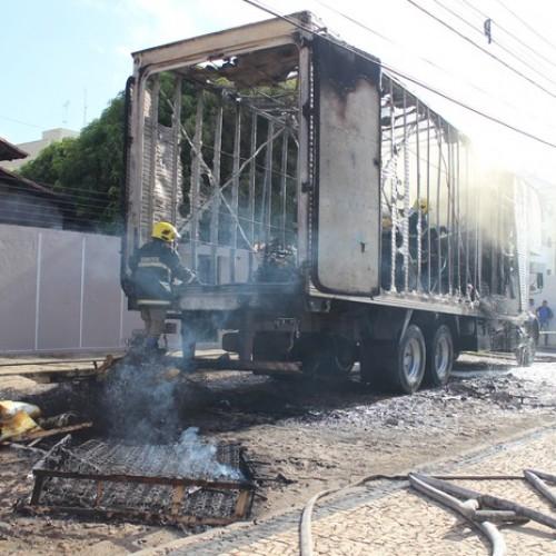 Caminhão carregado de colchões pega fogo após encostar em fio no Piauí