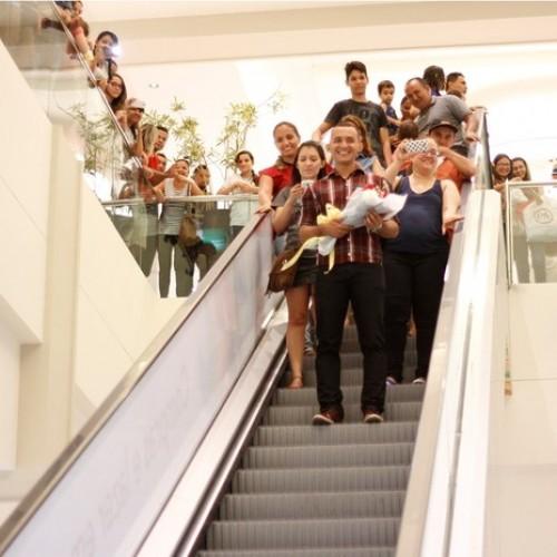 Jovem surpreende namorada ao fazer pedido de casamento em shopping