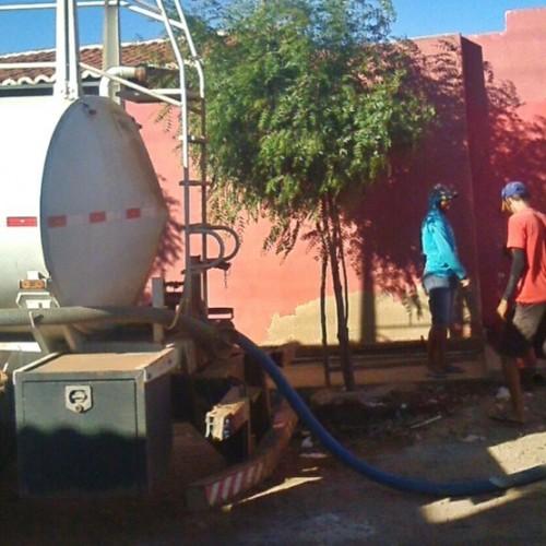 Sem água da adutora, Prefeitura de Curral Novo disponibiliza pipas para abastecer a população da cidade