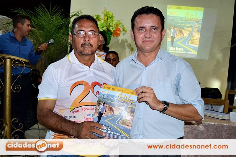 Arinaldo entrega revista ao vice-perfeito Adão Frutuoso