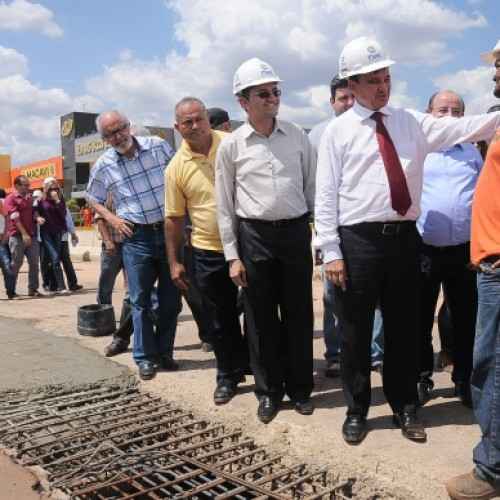 Governador visita obras de pavimentação asfáltica em Picos