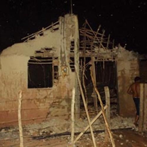 Incêndio destrói casa de família com cinco crianças no Piauí