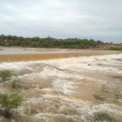 Açude Ingazeiras de Paulistana transborda após fortes chuvas