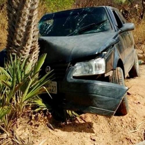 Mulher perde controle de carro e colide em carnaúba do interior de Massapê; fotos