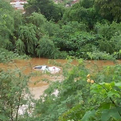 Caminhonete é levada pela correnteza de água em Picos