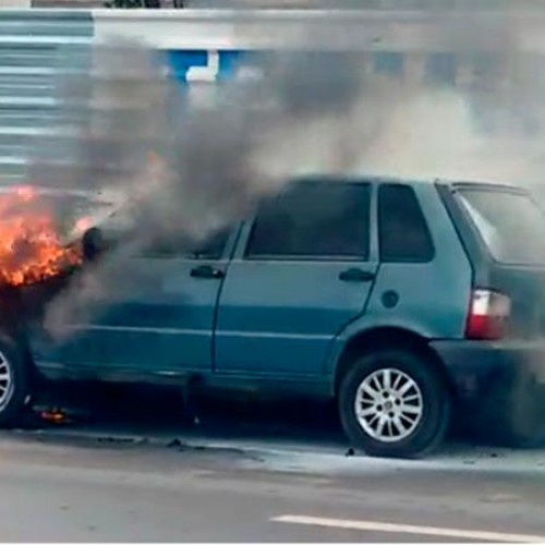 Veículo modelo Fiat Uno pega fogo na BR 343