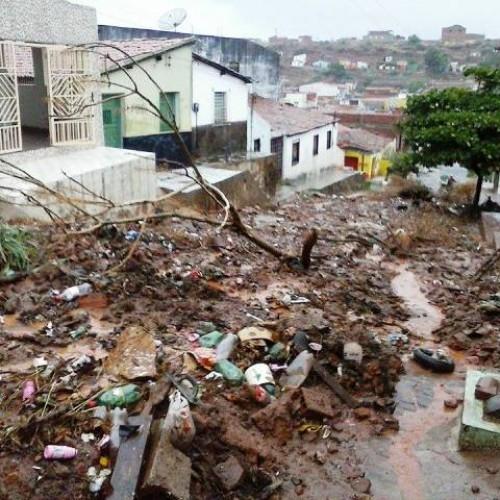 Chuva provoca deslizamento de terra no bairro São Vicente em Picos