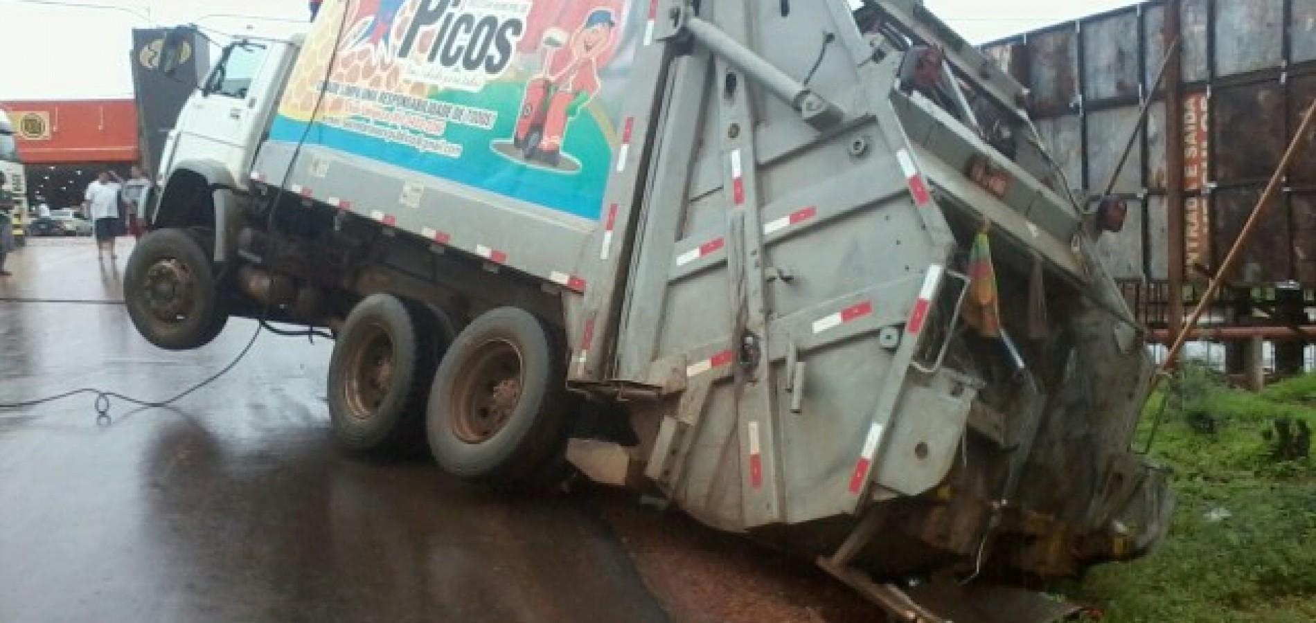Coletor de lixo se envolve em acidente em Picos