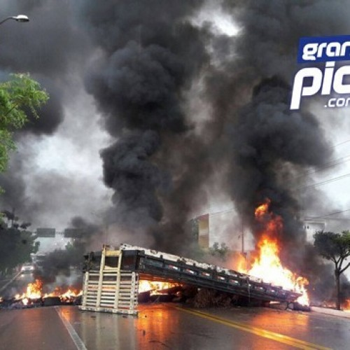 PICOS | Moradores tem casas alagadas no bairro Junco e interditam a BR-316 em protesto; veja fotos