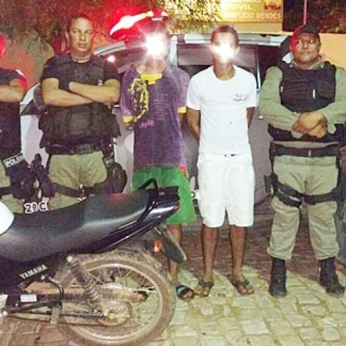 Policia Militar prende dois e recupera moto roubada em Simplício Mendes