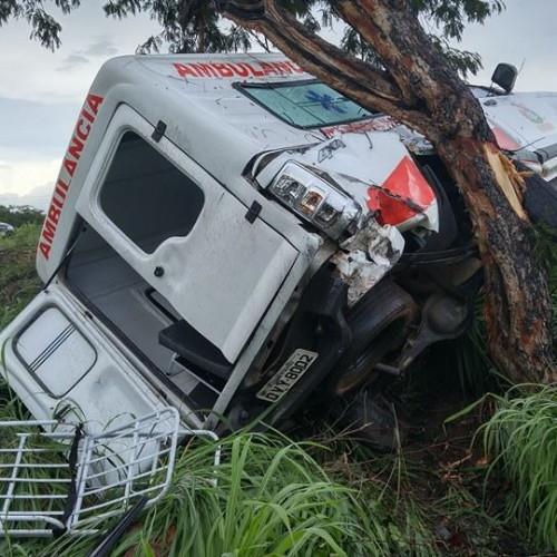 Com pneu liso, ambulância de Alegrete se envolve em acidente; veja imagens