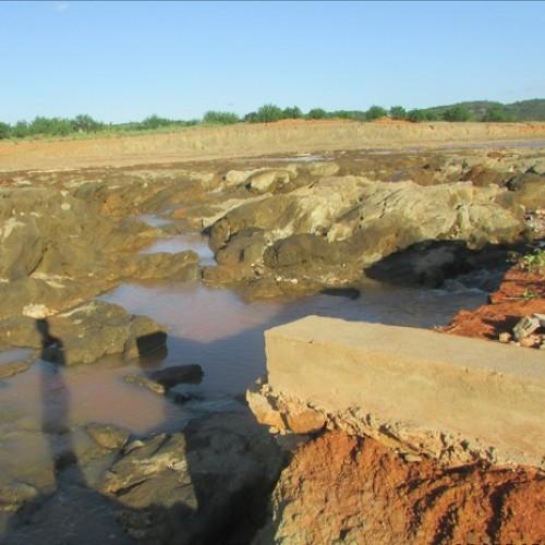 Buraco em sangradouro ameaça estrutura de barragem em Queimada Nova e preocupa moradores