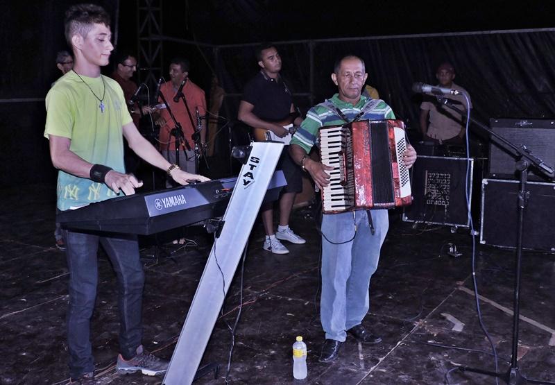 Carlos tocando ao lado do pai Celsinho