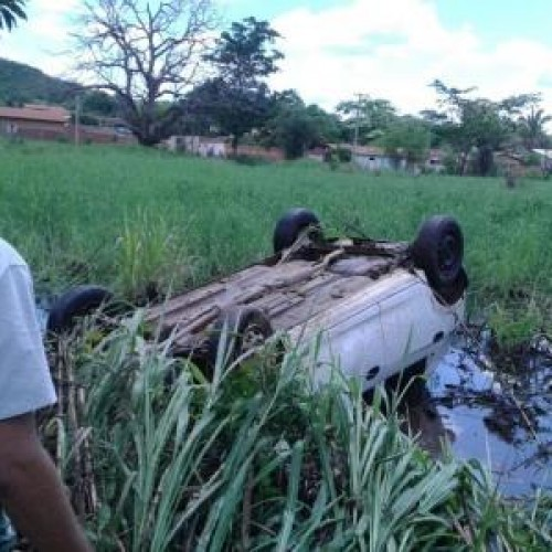 Carro desgovernado tomba e cai em lagoa às margens de BR no Piauí