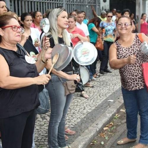 Enfermeiros do Estado fazem panelaço em frente à sede do governo