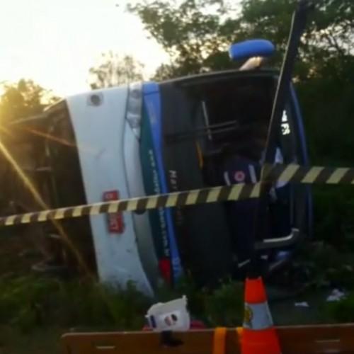 Três pessoas de Padre Marcos estavam ônibus que virou no Ceará; uma morreu