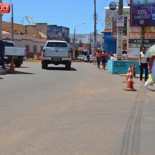 Guardas de trânsito mantém bloqueio para impedir tráfego de vans pelo centro de Picos