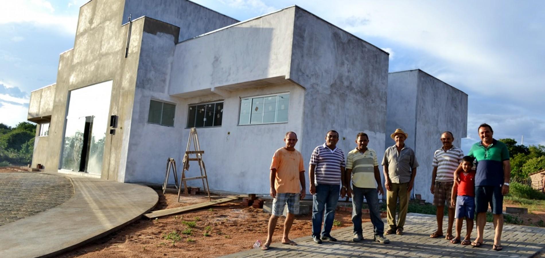 PATOS   UBS da localidade Morro da Onça está em fase de conclusão; prefeito visita obras