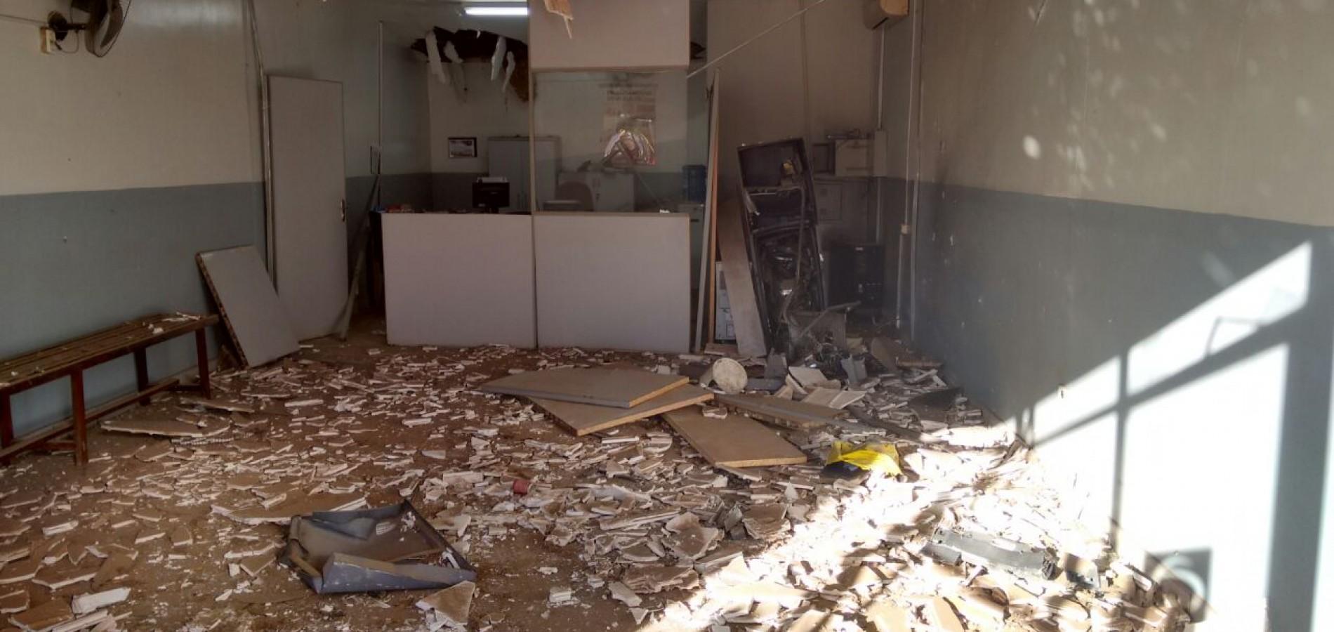 Bandidos explodem posto do Bradesco em Itainópolis; veja imagens